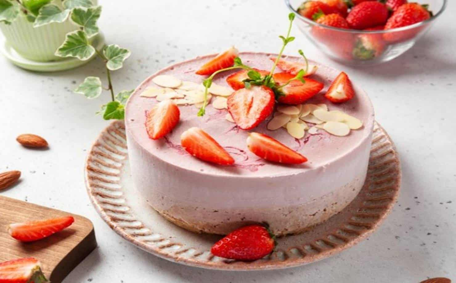 Torta Sorvete Decorada com Morangos