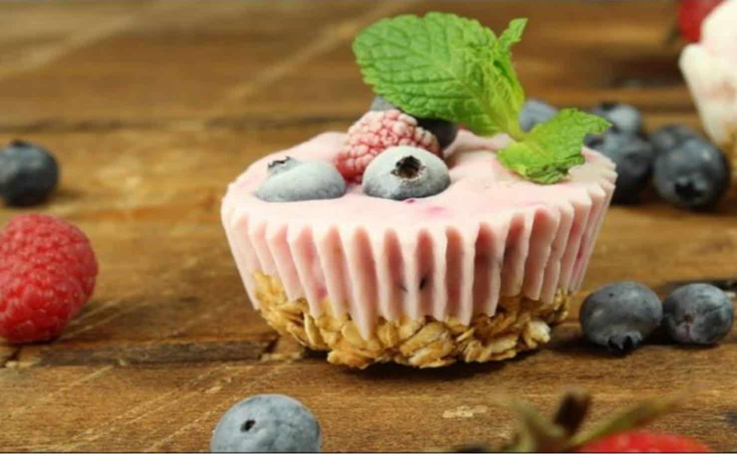 Cupcakes de Iogurte Decorado com Frutas e Folha de Hortelã