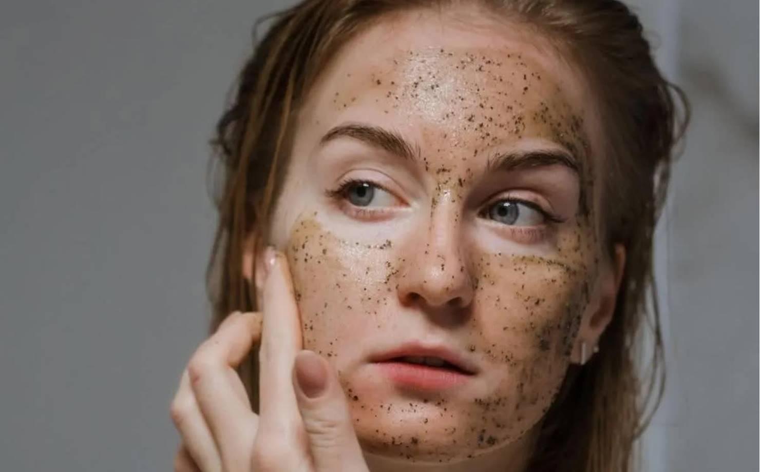 Mulher usando Máscara de Linhaça