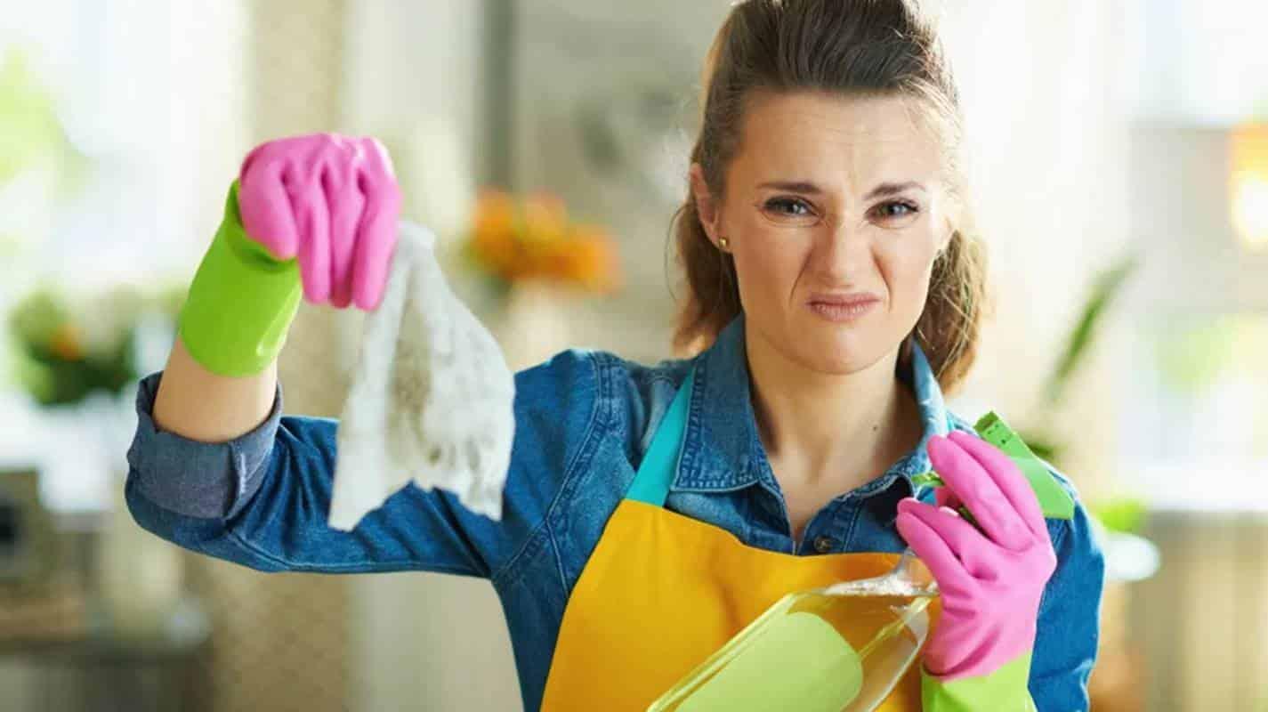 Mulher demonstrando que está sentindo um cheiro ruim