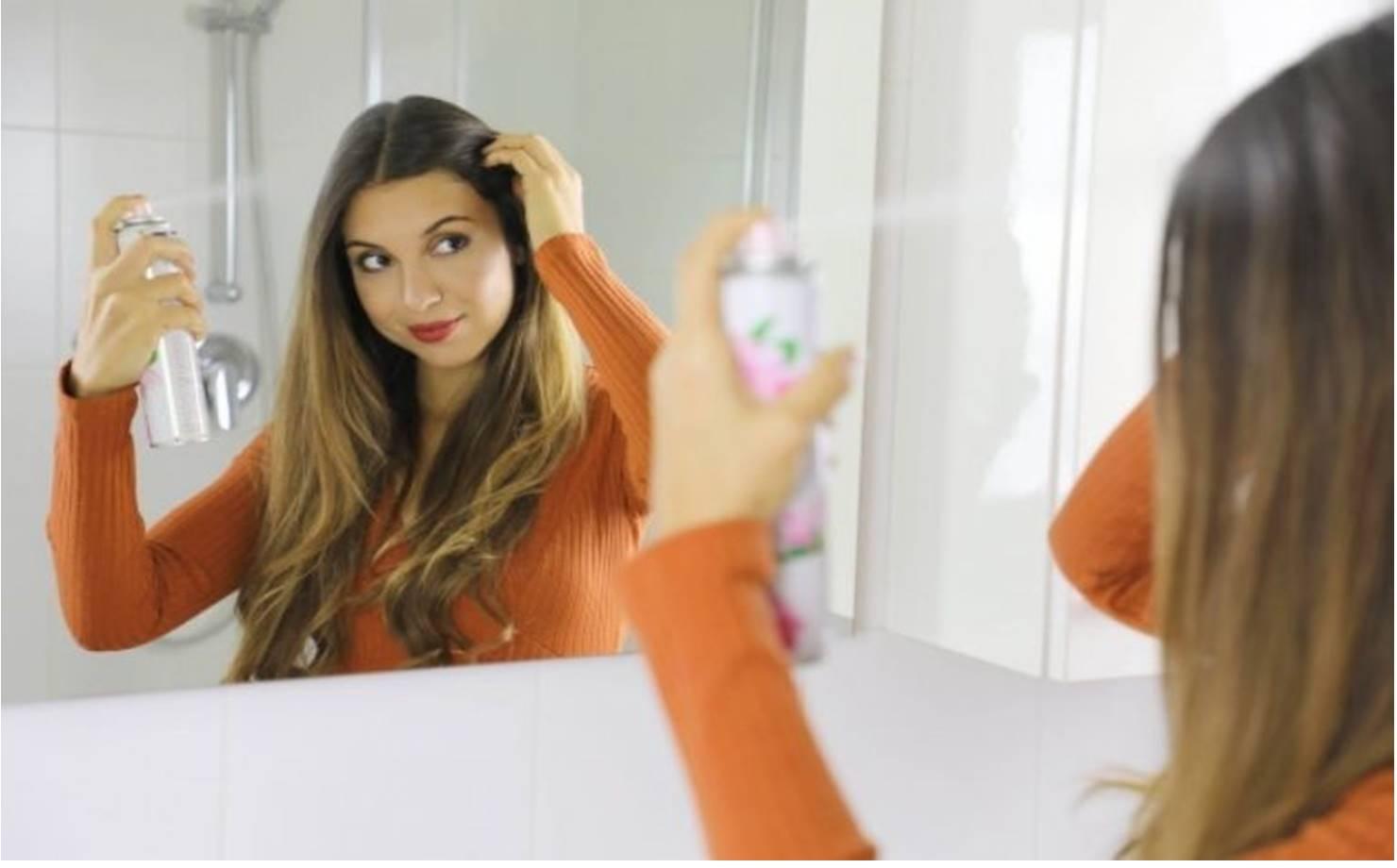 Mulher Usando Shampoo a Seco