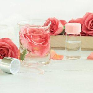 Rosas e Copo de Vidro Expostos na Mesa